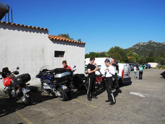 Auf dem Parkplatz am Hotel treffen wir uns zur letzten Tour