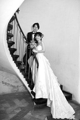Brautpaar auf der Wendeltreppe in Burg Reichenstein