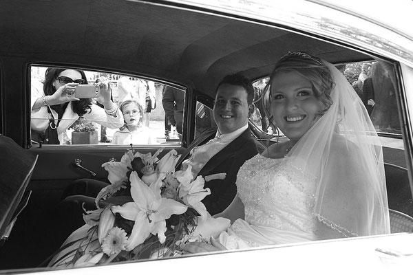 Brautpaar im Auto fährt nach Schlangenbad