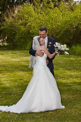 Brautpaar auf einer Wiese in Frankfurt