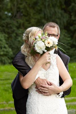Bräutigam versteckt sich hinter Blumenstrauß in Oberursel