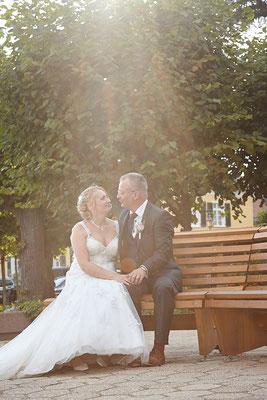 romantisches Brautpaar auf einer Bank
