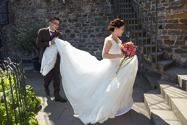 Bräutigam hält den Schleier der Braut