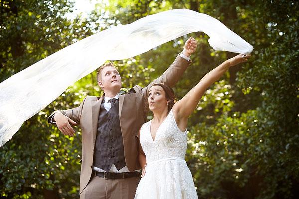 Brautpaar wirft Schleier durch die Luft