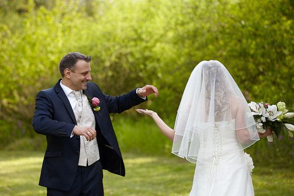 Brautpaar neckt sich auf einer Lichtung