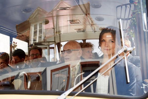 Busfahrt zur Trauung