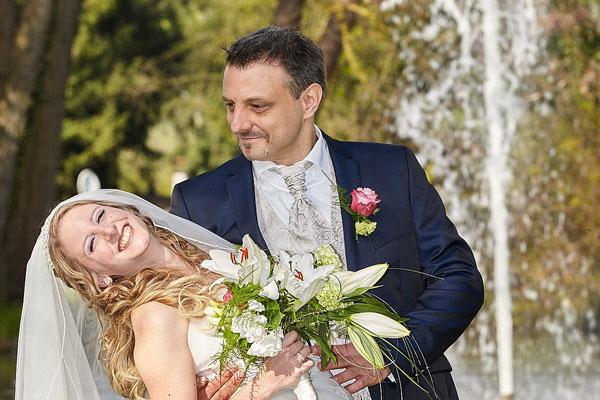Glückliche Braut wird festgehalten