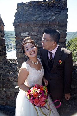 Glückliches Brautpaar lächelt in die Kamera Burg Rheinstein