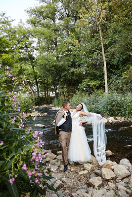 Brautpaar am romantischen Bachlauf in Wiesbaden