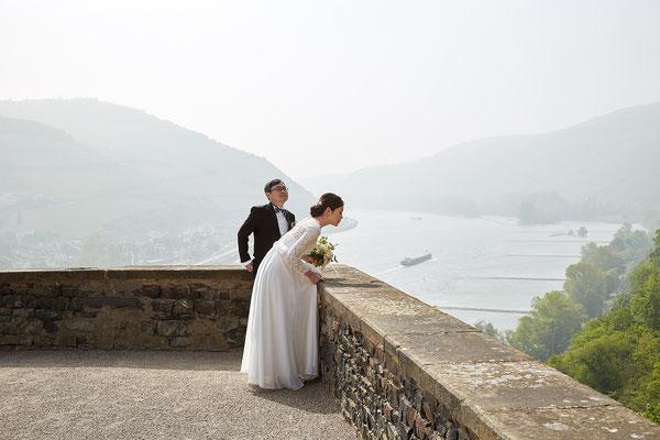 Brautpaar genießt die Aussicht von Burg Rheinstein