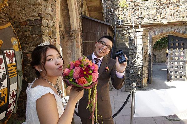 Lustiges Brautpaar mit Selfie