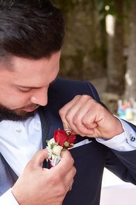 Bräutigam ordnet seinen Anstecker