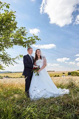 Brautpaar im Feld bei strahlendem Wetter im Taunus