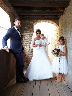 Familienbild - die Tochter hält den Brautstrauß