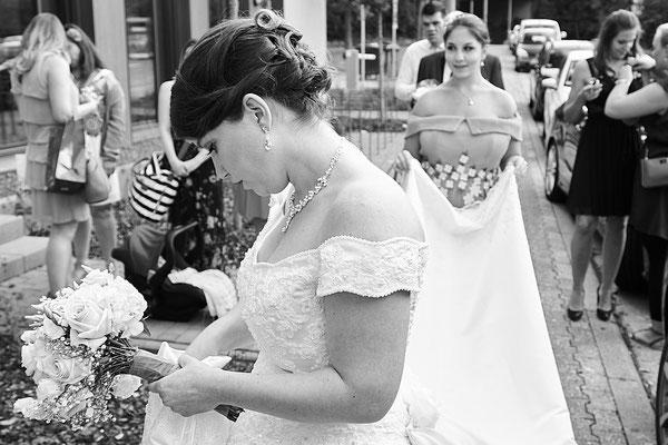Die Braut in Gedanken versunken am Standesamt Eltville