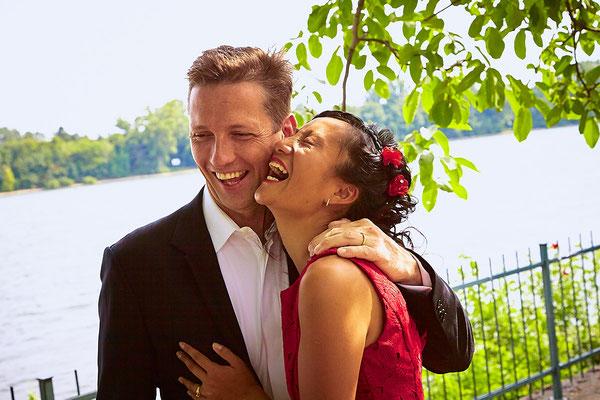 Paar lacht glücklich in Burg Crass Eltville