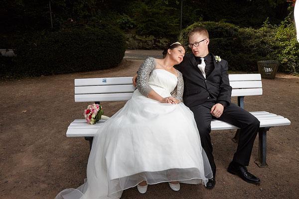 Braut lehnt sich glücklich an ihren Bräutigam