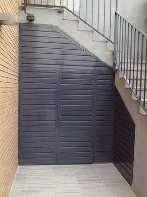 Puerta adaptada hueco de escalera lacada ral especial