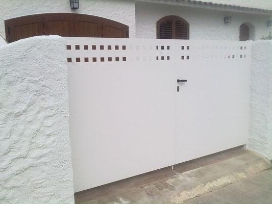 Puerta 2 hojas con detalle a láser