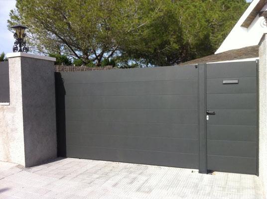 Puerta corredera y peatonal de plafon de chapa, lacadas gris oxirón