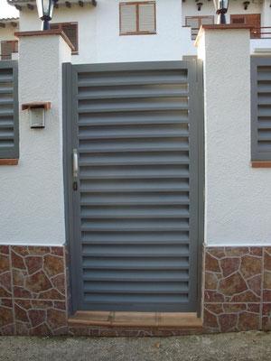 Puerta veneciana peatonal lacada gris plata