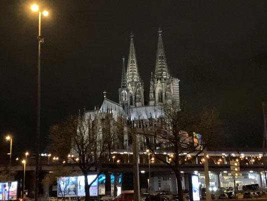 ライトアップされたケルン大聖堂