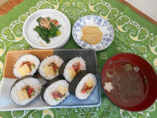 昼食の太巻き寿司。