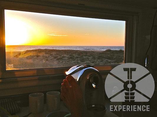 enjoy your expedition vehicle instead of doing repairs/ Im Expeditionsmobil mit Aussicht aus einem von vielen Echtglasfenstern. Einbruchsicher und kratz- und schlagfest. Weltreisemobil in Perfektion
