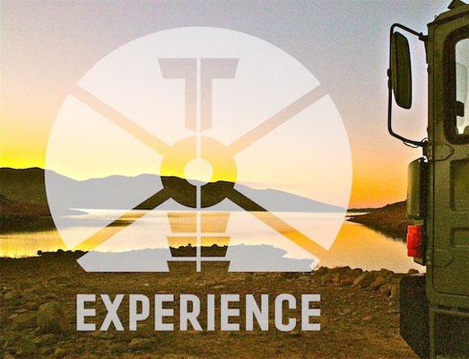 Erfahrung Expeditionsmobile: Expeditionsfahrzeug im Sonnenuntergang - echte dirt road allrad Reisemobile offroad unterwegs mit Allradantrieb / Toe-Experience