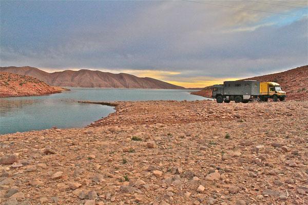 Offroad-Weltreisemobil-Offroad-Weltreisefahrzeug MAN 19.403 FALSX mit 5-Meter Expeditionskabine, Wohnkabine am Abend in Marokko.