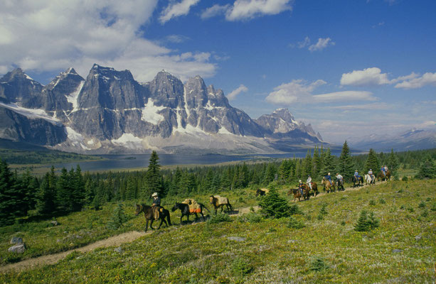 horseback riding in the Tonquin Valley in Jasper National Park © Tourism Jasper