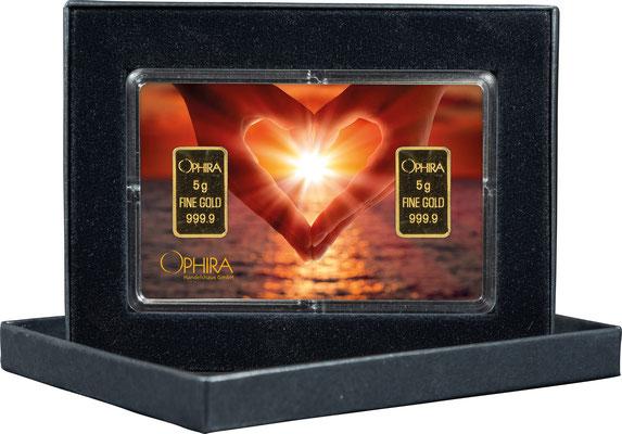 Valentinstag Herz aus zwei Händen mit zwei Goldbarren in edlem Etui