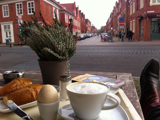 Blick beim Bio-Frühstück aufs belgische… nee … holländische Viertel… Ist aber nix passiert...