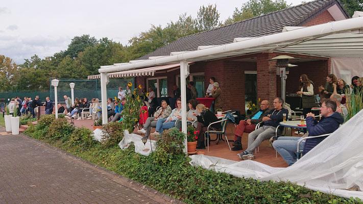 Zahlreiche Zuschauer auf der Esbecker Anlage