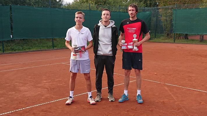 Claudius Brockmann (links) und Benedikt Röper (rechts) mit dem Esbecker Sportwart Thorsten Bunsmann