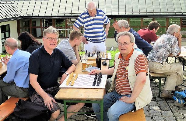 Unsere beiden Schachfreunde Günter Groß-Winter (rechts) und Michael Riess (links)...