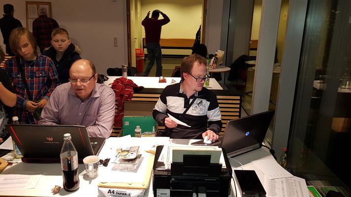 Tornalf Lehmann (links) und Jan Wiedemann (rechts) von unseren Schachfreunden aus Heilsbronn leiteten das Turnier hervorragend