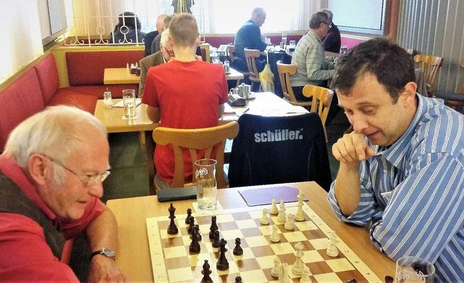 Unser neuer Wirt spielt auch selbst Schach (rechts im Bild)!