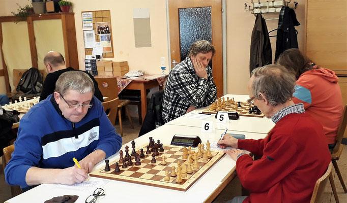 Rene an Brett 5 verliert (hinten r.), Bernhard an Brett 6 spielt remis (vorne l.)