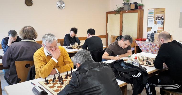 Alexander Brett 1 remis (hinten r.), Jürgen Brett 2 siegt (hinten l.) Alex an Brett 3 siegt (vorne r.) Shaiar an Brett 4 verliert (vorne l.)