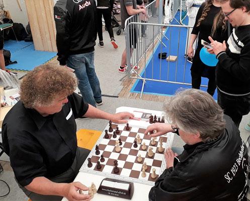 Zwei Spitzenspieler zeigen ihr Können: Jürgen Zollstab (links) vom SC Ansbach und Klaus Böse (rechts) vom SC Bechhofen