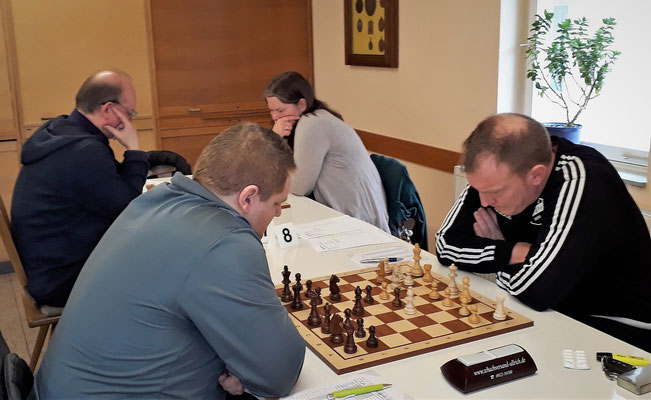 Antje an Brett 7 verliert (hinten r.) und Johannes an Brett 8 gewinnt (vorne l.)