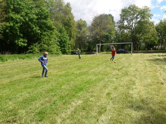 Zum körperlichen Ausgleich wurde Fußball gespielt