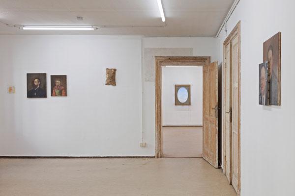 08 Maske, Ausstellungsansicht: im Bild Arbeiten von Sebastian Bieniek, Mariella Mosler und Thomas Behling