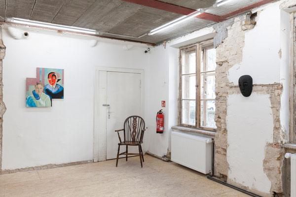 02 Maske, Ausstellungsansicht:  im Bild Arbeiten von Sebastian Bieniek und Mariella Mosler