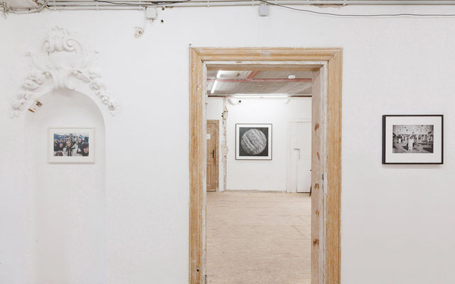 AUGE, Ausstellungsansicht, Flur mit Arbeiten von Zippel, Trogisch