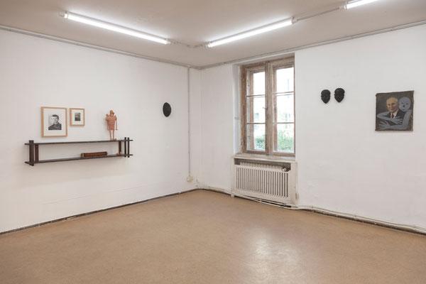 12 Maske, Ausstellungsansicht: im Bild Arbeiten von Sebastian Bieniek, Susanne Ring und Mariella Mosler