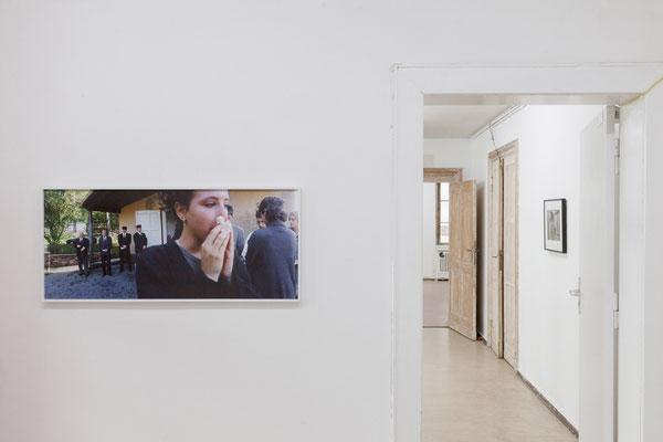 AUGE, Ausstellungsansicht, Flur mit Arbeiten von Thomas Fißler