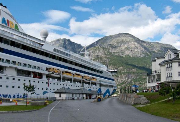 Kreuzfahrer im Eidfjord - Norwegen