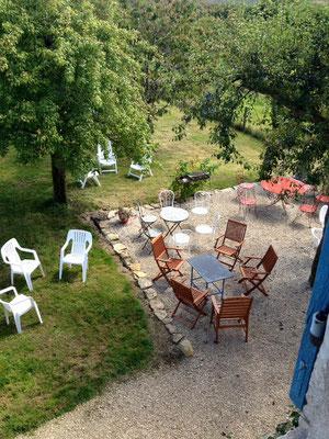 Terrasse ombragée de la location de vacances près de Commercy